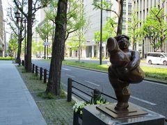 御堂筋には様々な彫刻が歩道に展示されています。