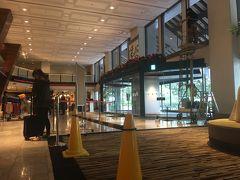 少し疲れてきたので、ホテル探しを開始。 日航成田へ来ました。台風でガラスが割れており、段々と台風がどれだけな威力だったのかが明らかになります。15時頃