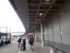 シドニーからあっという間にブリスベン到着。 国際空港なのに、こじんまりしていて日本のどこかの地方空港みたいです。 空港を出る前に、インフォメーションカウンターに立ち寄って、「go card」という交通カードを買いました。