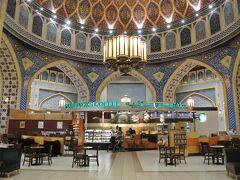 そして辿り着いた、世界一のスタバがこれ。モールのペルシャエリアの中にあり、モスクの中にスタバがあるような雰囲気です。