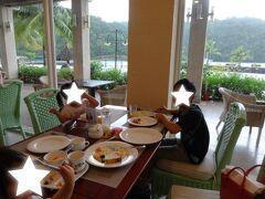 朝食付きのプランだったので、毎朝1階のレストラン「ウェイブス」でブッフェをいただきました。 和食も揃っているので、当時1歳8か月の次女も色々食べられて良かったです(*^^*)