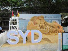 空港の外に出るとこのような砂のアート。夏のクリスマスらしい風景です。