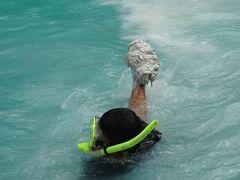 最初に到着したのは有名な観光スポットのミルキーウェイ♪ 海底に積もった泥に美白効果があるとのこと。ガイドの彼が潜って取ってきてくれます。