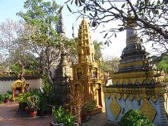 こちらは街中にある寺院です。先程とは打って変わってカラフルですね。