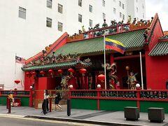 どのお店も似たような品揃え なのですが、それでも あちこち見て回るのは楽しくて 気付いたら關帝廟の前に 出てきました。  なぜかマレーシアなのに 三国志で有名な関羽を 祀っているそうです(笑) さすがチャイニーズタウンです。  横浜の中華街にもこういうのは あるし、三国志の聖地である 成都で色々見てるのでここでは 見る事もなくスルー