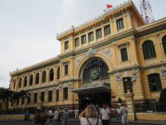 そしてその隣にあるのは立派なサイゴン中央郵便局。いやあ、すごいなあ。こういう建築様式がコロニアル様式とか言うんだろうか(適当。コロニアル様式という名前かどうかは知りませんが、植民地時代に作られたものだろうなあ。