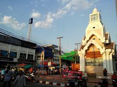 ピマーイ時計塔の脇にあるナイトマーケットへ。
