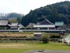 21<橘寺遠景> 亀石から10分ほどで、高台にある橘寺が見えてきました。 結構大きな寺院のようで、期待感が高まります。
