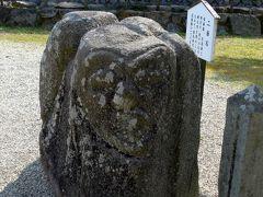27<二面石> 境内で、御朱印にあった「二面石」を見つけました。 二面石はその名の通り石の両面に善悪の顔が彫られていて、人間の二面性を表したものだとされています。道祖神という説もあります。 これも「ムー」で読んだな。