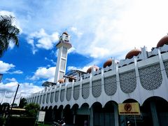 バーチ記念時計台の先には州立モスク。 『タレンタイム』でハフィズが祈りをささげたところ。  見学できるか聞いたけど、この時間がダメだったのか そもそも非ムスリムは入ることができないのかわからないけど 断られた。 ガックし。
