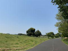 飛行場のターミナルから5分ほどかけて飛行場の北側をぐるりと囲む様にレイアウトされた武蔵野の森公園にやって来ました。