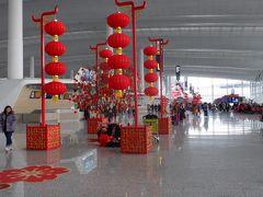 空港の出発ロビーも旧正月の飾りの赤ちょうちんがぶら下がっていました。