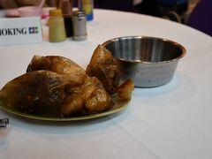 """夕飯はシンガポールで有名だと言う""""ペーパーチキン""""にしてみました。  特殊な紙に包んだ鶏肉をそのまま油で揚げて、食べるときに紙を破って食べます。"""