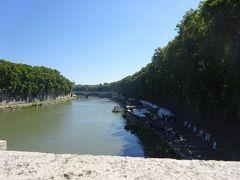 城に向かう橋から見たテレべ川