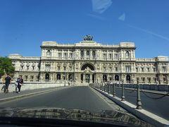 パラッツオ・ディ・ジュスティツィア(正義の城)と呼ばれる最高裁判所。サンタンンジェロ城の隣にあるのですね。