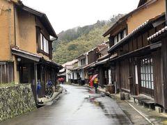 古い街並みです.区画は江戸時代や明治時代の頃からのものなのでしょう.おや,妻がまた立ち止まって建物の中を覗いていますね.