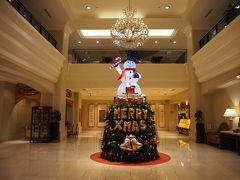 ホテルはハンシエン・インターナショナル・ホテル。漢字だと寒軒国際大飯店と短いので、以後はこちらを使います。  クリスマスモード真っ只中といった感じで、フロント、ベルマン全員例の帽子かぶってました。滞りなくチェックインを終え部屋へ。
