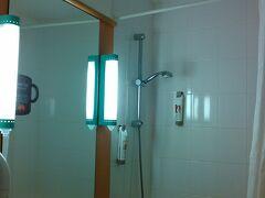 ホテルはIBIS PORTE DE BERCY シャワーのみのホテルでした。私が海外のホテルに望むもの第一の「バスタブ」。 それがないホテルでした。残念。