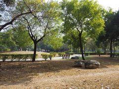 MRTの駅がだいぶ近くなったところで、求めていた通りの公園を発見。ここで朝食といたします。公園内飲食禁止じゃないよなぁ・・・