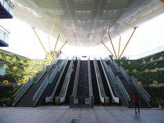 次の中央公園駅にて下車。なぜここで降りたかというと、皆が知っている美麗島駅と同様、この駅もどこかの雑誌かサイトがやっている「世界で最も美しい地下鉄駅」の5位にランキングされたという事なので、ちょっと覗いてみた次第。 この中央公園に出る出口1が、イギリス人建築家リチャード・ロジャース氏によるもの。建物はともかく開放感があるのはいいね。