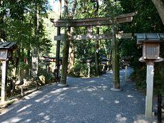●狭井神社  そのまま道なりに5分ほど進むと、「大神神社」の摂社にあたる「狭井(さい)神社」の鳥居が見えてきました。