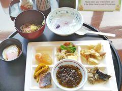 朝食は、3ヵ所のレストランから選べます。 この日は「日本料理・琉球料理七福」へ。  和食と琉球料理メインの落ち着いた感じのレストラン。 ふちゃんぷるー、もずく酢、ゴーヤの漬け物、赤魚のシークワーサー焼き、大根の煮物、なすの煮物など和食中心にいただきます(^-^)  紅いものお粥がやさしいお味で、とても美味しかった♪