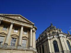 左が入場した場所で、ここで荷物チェックが行われます。 なお、右の建物は1710年に増築し完成された、王家の礼拝堂です。