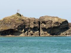 岩の上をよく見ると鳥居がありますが、これが白うさぎが住んでいた島なのでしょうか? それにしては白兎海岸からあまりにも近く、また干潮になると海の中に隠れている岩々も現れるので、鮫の助けが必要だったということはもっと遠くにある隠岐の島ではないかという説もあるようです。