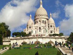 青空と緑の芝生と白亜の建物 気持ちよいです。