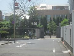 その道の正面にあるのが「ねむの木の里」の入口 旧正田邸(美智子上皇后の生家)の跡地ですね