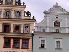 ビール博物館から共和国広場へ戻りました。 広場の一角には、チェコが世界に誇る人形劇博物館があります。 ピンク色に窓枠の赤がアクセントカラーの建物。 チェコは人形劇が盛んな国。かつては、人形劇団が馬車で旅をしながら子どもたちに人形劇を見せたり、一家に一台人形劇の台があったほどだそうです。 長い伝統を誇るチェコの人形劇は、2016年にユネスコの無形文化遺産にも登録されたんですって。