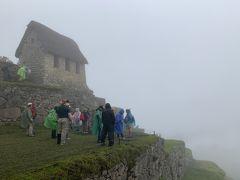 マチュピチュに入って最初であり最大のポイント、段々畑と見張り小屋。 ここから見える景色が絶景なはず・・が、霧で全く見えず!