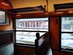 大畑駅12:49着 この駅舎には沢山の名刺が壁中に貼られておりびっくりする。聞くと、貼った人は出世すると言われているらしい。車窓から見えているのはフレンチレストラン'Loop'。
