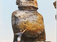 滞在中にガイドさんからは、目から鱗の事実を沢山教えて貰った。  高さ4m、重量20トンの石像モアイはどのように作られ、海岸まで運ばれたのか。 赤い帽子(髪)のモアイは何者なのか。 なぜ、モアイを作ったラパ・ヌイの文化は突如消滅し、その人たちは何処へと消えてしまったのか。  (写真:1995年 イースター島にて)
