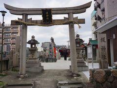 ●榎神社  お目当てのラーメン屋さんに行列が出来ていたので、近くの神社によってみました。 墓地が左から押し寄せてくるような神社です。