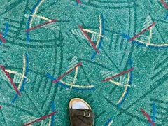オレゴンのポートランド国際空港(PDX)に到着。やっぱり、西海岸はフライト時間が短くて楽ですね。よくインスタグラムにあげられている例のカーペット。確かに、いい意味ダサい(笑) 真面目に言うと、いまリバイバルしている80年代に流行ったメンフィス・デザインですね。