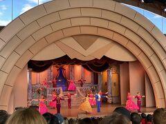 次はタワーオブテラー近くの美女と野獣のミュージカルステージ(14時の回)へ!こちらもFP使用です! プリンセスの中ではベルが一番好きで、ここのミュージカルは何度見てもとっても素敵な気持ちになれて大好きです!!!