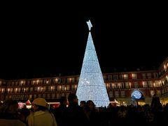 マヨール広場。 各町の広場にいくと必ずといっていいほど立派なツリーがありました。 冬のヨーロッパの楽しみのひとつです。