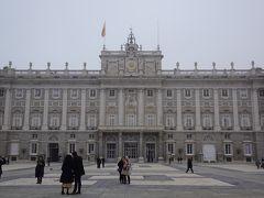 王宮といっても、現在は王族が住んでいるわけではないそう。 ただ国の行事では利用されているとのことです。 立派な外観です。