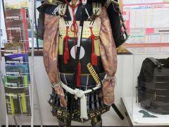 武田駅構内の観光案内所に鎧兜が飾られてました。観光客向けもパンフレットがたくさんあります。