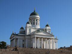中央駅から 海側へ歩くこと数ブロック。 街の中心部にあるヘルシンキ大聖堂へ。