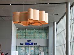 帰国前、改装された空港内部を探検しようと 早々と空港へ。  日本線のゲートに近づくと、 女性客の手に フィンランドブランドや フィンランドキャラクターの袋。  どちらも購入率が高くて驚いた。  しかも、拡張されたエリアには キャラクターショップとカフェもオープン。  まるで「罠か」と思うほど、 ヘルシンキヴァンター空港内でも あちこちに店がある。 空港内でも楽しみが増えそうだ。  ※乗り遅れの呼び出しアナウンスを受けないように 気をつけて!