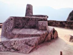 「生贄の台?」に見える石の柱は 日時計のようなものと考えられています。