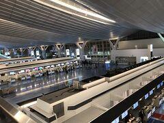 早朝5時前の羽田空港国際線ターミナル。 今回は朝が早いため国際線ターミナルにある駐輪場を利用して 自転車で羽田空港までやってきました。 駐輪場の代金は無料なのでうれしい限りです。 羽田空港のシャトルバスを使えば国内線ターミナルまで自宅から無料でいけることになります。  http://sky-budget.com/2018/10/30/羽田空港、料金無料の自転車専用駐輪場が11月1日/
