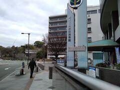 熊本市国際交流会館の前を行く。