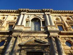 建物そっちのけで猫に夢中になっていました。 さっきから横目に見えていたのは、カルロス5世宮殿です。 ザ・洋風なルネサンス様式。