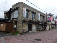 飯能銀座商店街にて シャッターに絵が描かれている等、アートの有る商店街です。