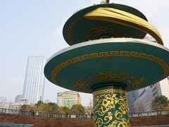 天府広場駅にあった謎のオブジェ。 何これ? 聖火タワー?