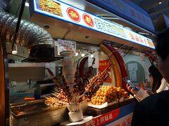 イトーヨーカドーの通りは屋台が沢山。 みんな食べるねぇ。