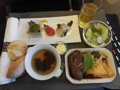 行きは初めてのJALのビジネスクラス 久しぶりの海外ひとり旅 緊張してあまり機内食は食べられませんでした。